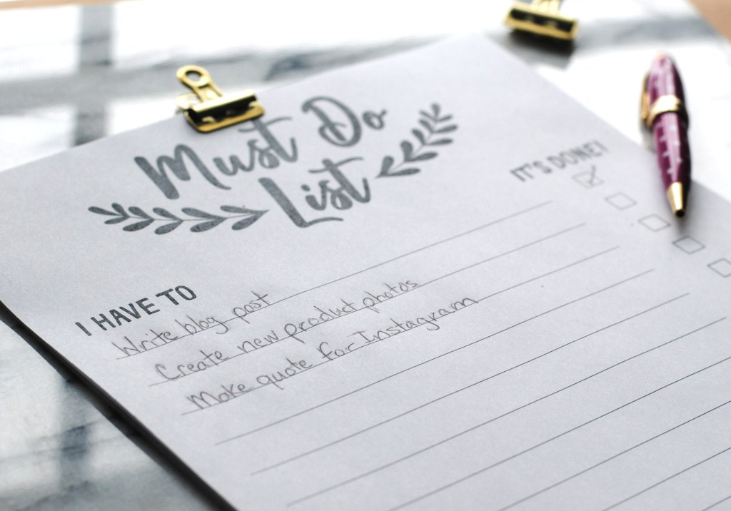 Close up of free printable to do list by Honestly Nat with gold clip and pink pen