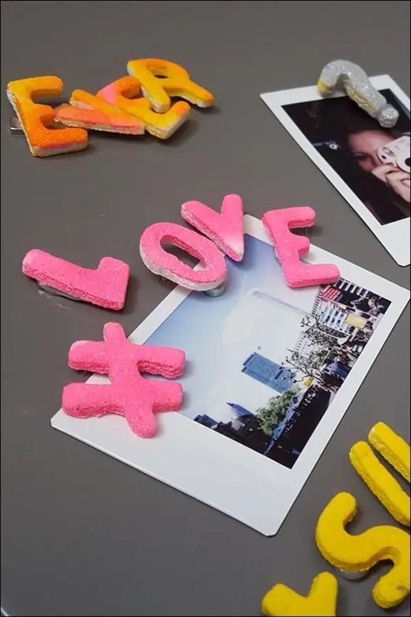 Salzteig Magnete selber basteln - 3D Buchstaben am Kühlschrank