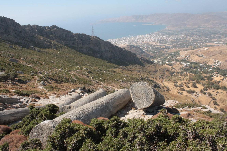 Vue sur la baie de Karystos sur l'île d'Eubée depuis les carrières de marbre