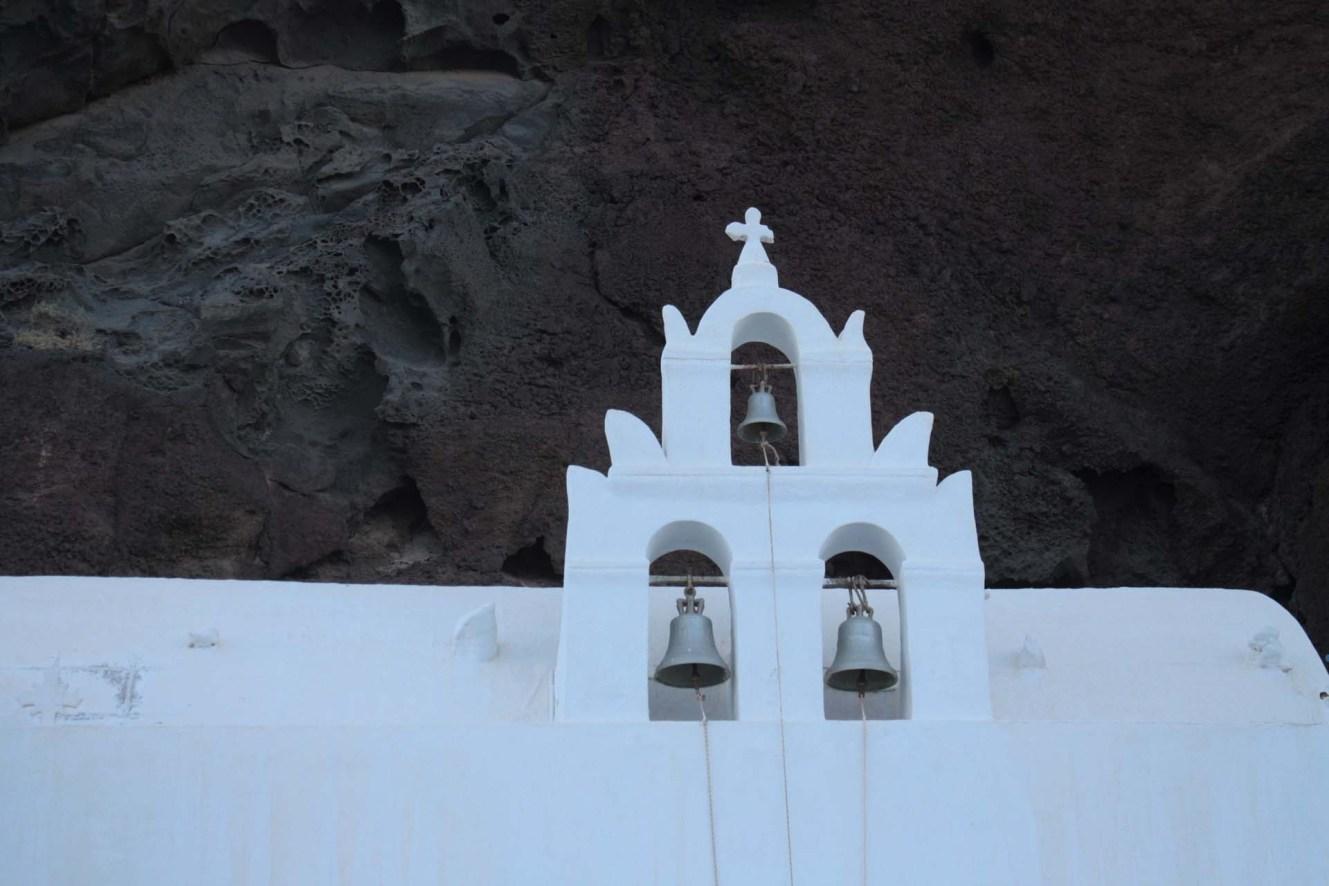 Eglise devant une roche volcanique à Santorin