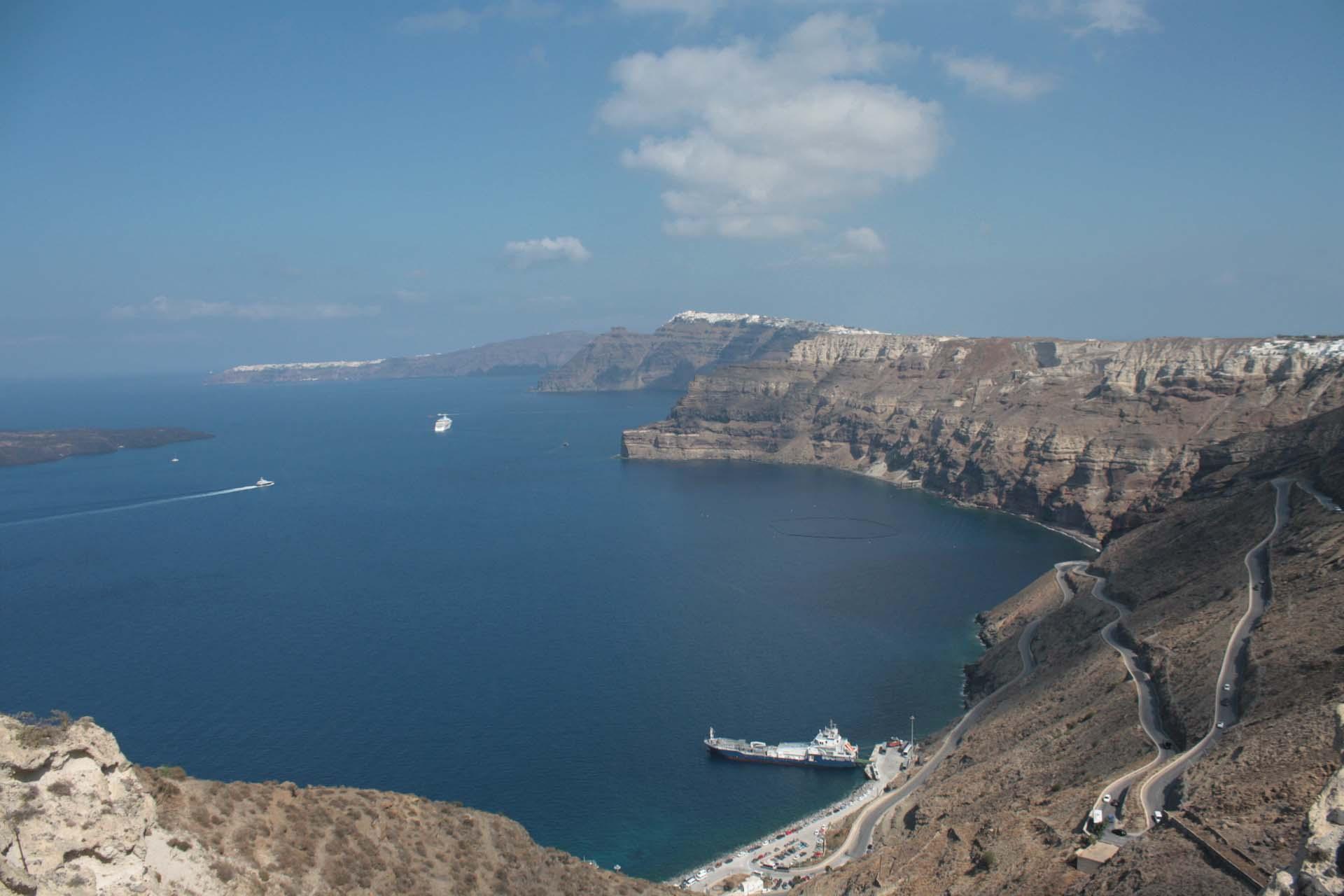 Vue sur les falaises et caldera de Santorin