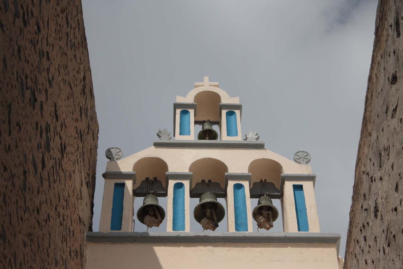 Eglise bleue et blanche avec cloches à Santorin