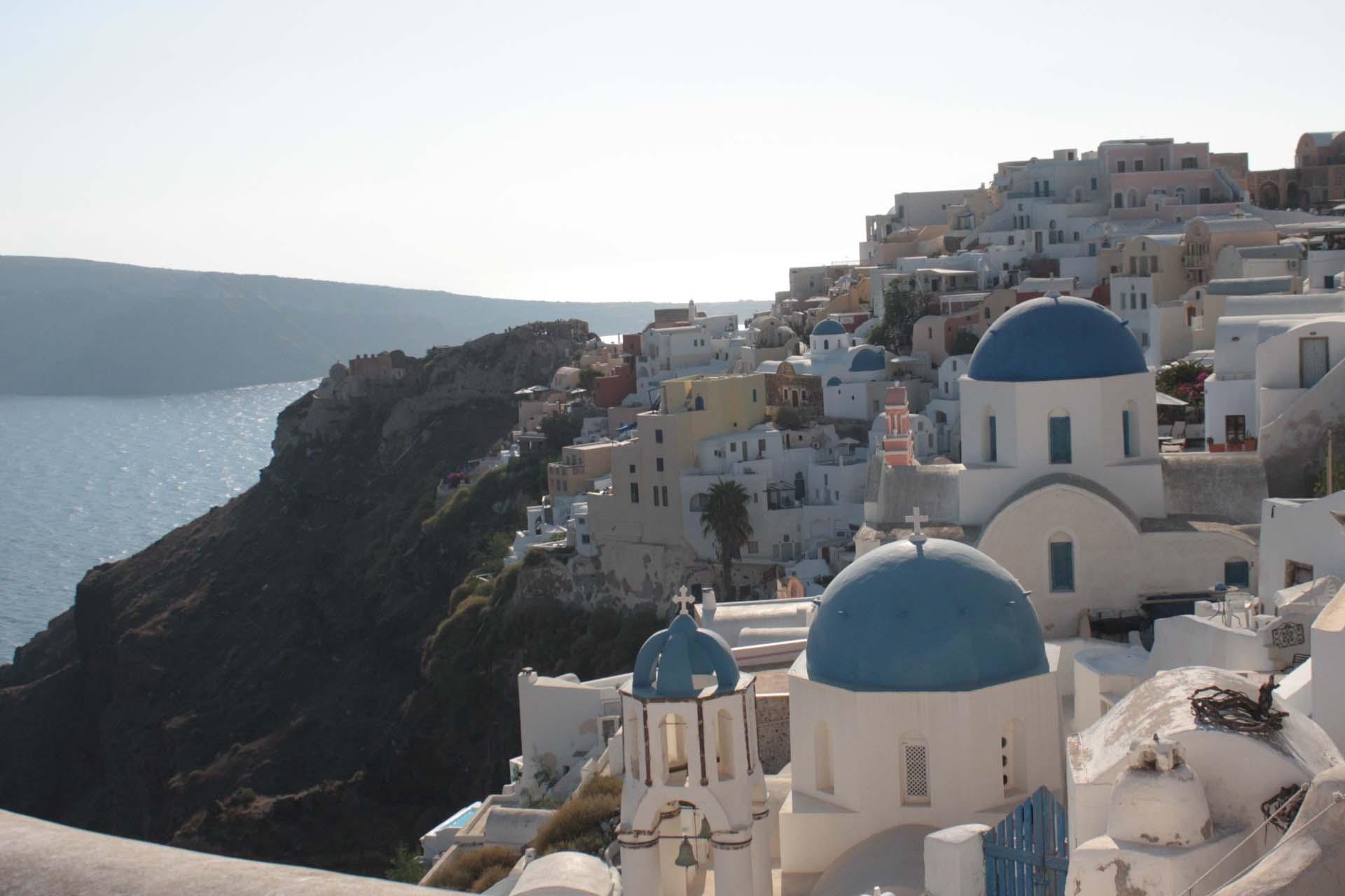 Vue de la ville d'Oia à Santorin maisons blanches et coupoles bleues