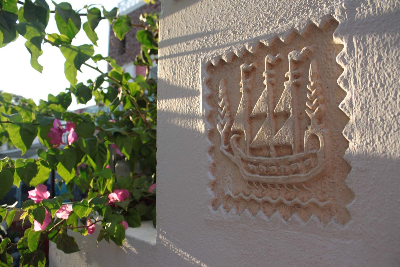 Détails d'un bateau dans un mur à Santorin