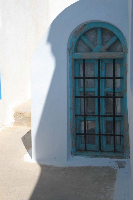 Fenêtre bleue à Santorin sur mur blanc