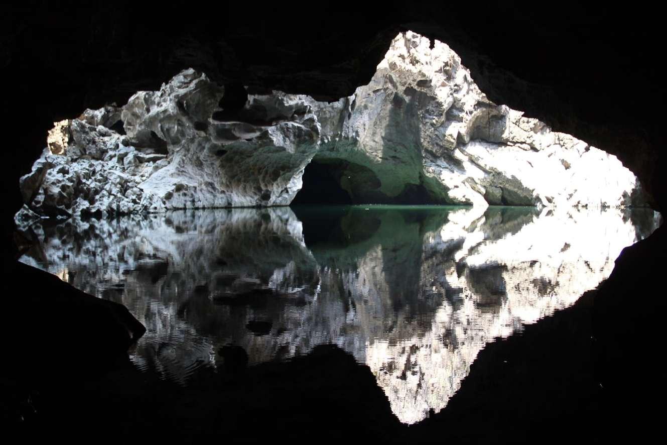 La piscina nella grotta di Tham Pha Inh