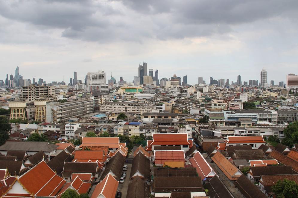 Vista della città vecchia e nuova di Bangkok dal tempio della montagna d'oro