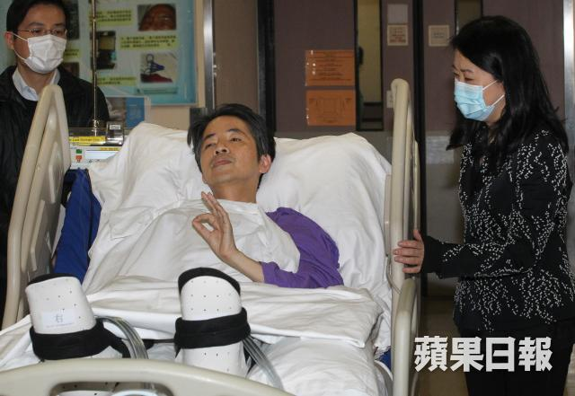 Kevin Lau Chun-to meeting the press after his attack in February 2014. Photo: Apple Daily.