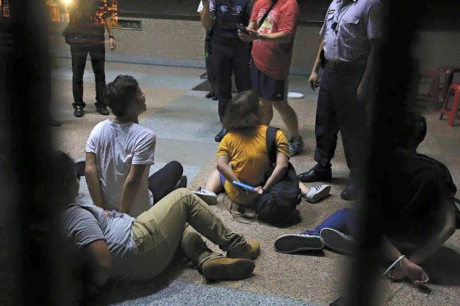 taiwan handcuff students high school curriculum China-centric