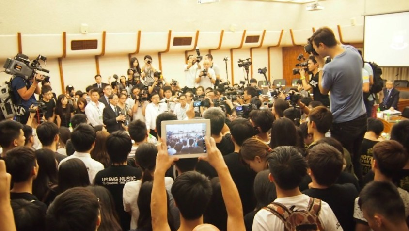 Students occupy HKU Council meeting.