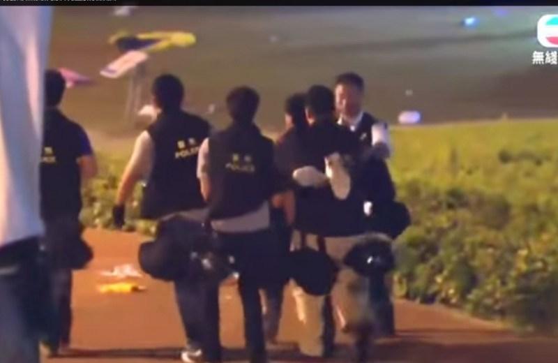 Policemen carrying Tsang away. Photo: TVB.