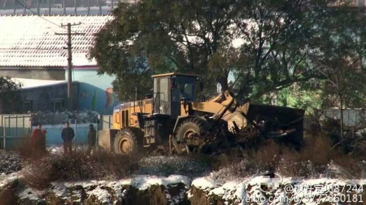 A bulldozer taking down the Songs' house in Shandong. Photo: Weibo.