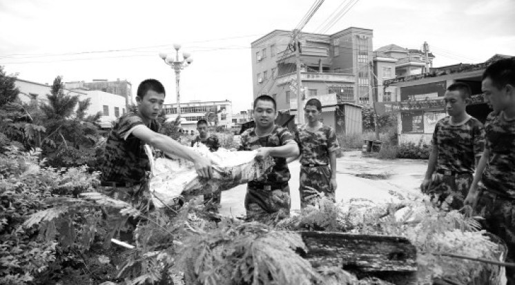 The story about the Frontier Defence Corps doing clean up work in Wukan village on September 11 appears in the digital version of Guangzhou's Southern Metropolis Daily on September 12.