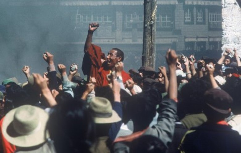 Tibetan monk Jampa Tenzin and protesters in Tibet capital Lhasa, 1987 (credit John Ackerly)