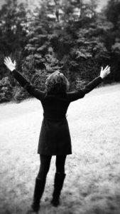 Frau streckt Arme in die Luft