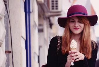 Eine Frau hat Freude mit ihrem Eis