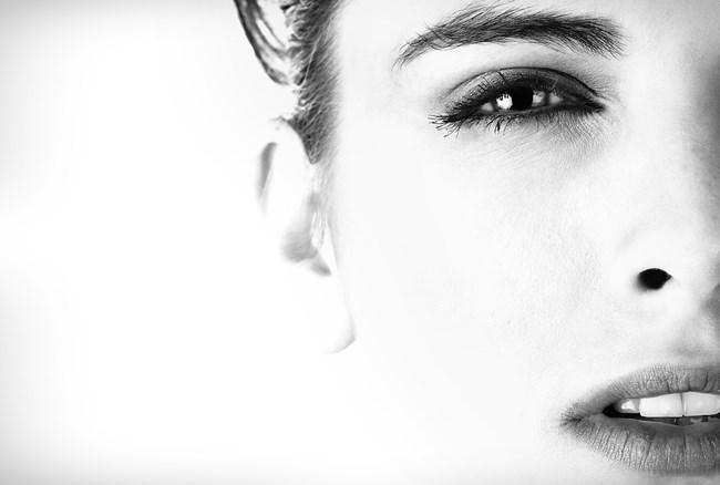 Eine Frau mit scharfem Blick, die Manipulation kennt.