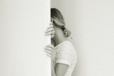 Eine Frau steht in der Tür und fühlt sich gefangen