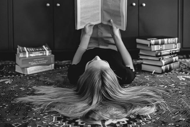 positiv verändern indem eine Frau liest.