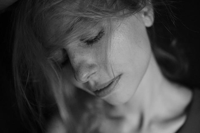 Eine Frau überlegt, weil sie innere Konflikte hat