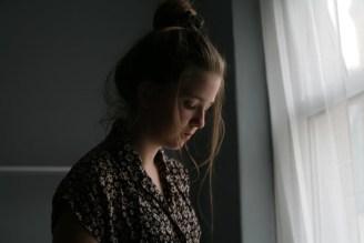 Eine Frau ist traurig und will etwas verändern