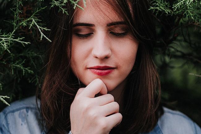 Frau stellt sich mit geschlossenen Augen vor ihr Leben zu verändern