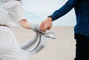 Ein Päärchen entfacht die Liebe in der Beziehung neu - händchenhaltend
