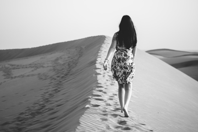Eine Frau wandert in Akzeptanz und wird frei