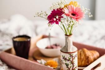 glücklicher mit gesundem Frühstück in den Tag starten