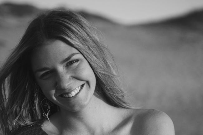 eine Frau, die sympathisch lächelt