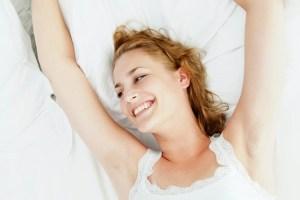 Eine Frau lacht vor dem einschlafen