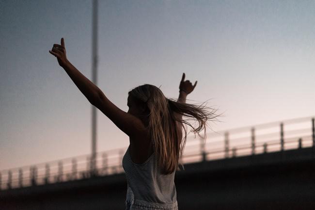 Eine Frau zeigt Selbstbewusstsein