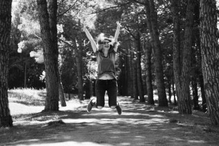 Eine Frau steht im Mittelpunkt und springt in die Luft