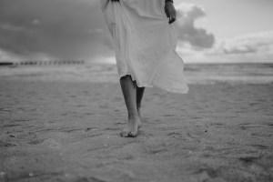Eine Frau geht verloren am Strand