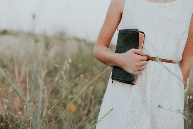 Eine Frau hält ihre Geldbörse wegen Geldmangel fest