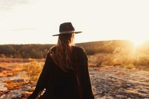 Frau blickt in den Sonnenuntergang zum loslassen