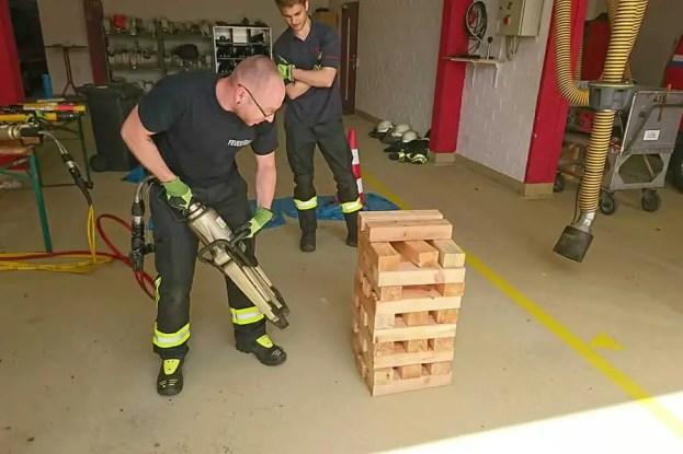 Spreizer 1 - Sieben Feuerwehrmitglieder absolvierten Grundausbildung