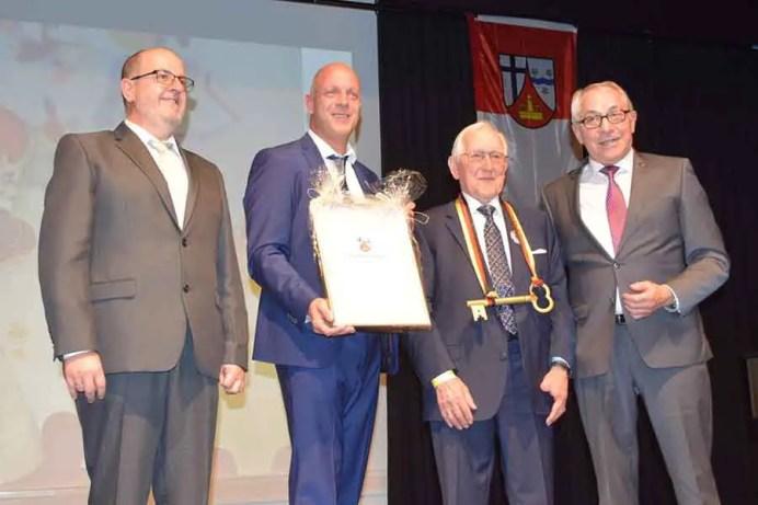 Josef Rüddel wurde zum ersten Ehrenbürger der Gemeinde Windhagen ernannt
