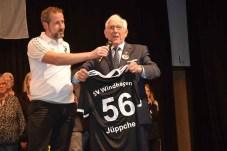der 2. Vorsitzende des SV Windhagen, Carsten Schellberg würdigte die Verdienste von Josef Rüddel und übergab ein besonderes Ehrentrikot