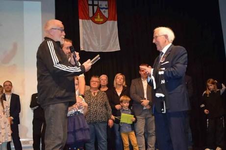 Geschäftsführer Achim Bruns übergab die Ehrenurkunde für das neue Ehrenmitglied des SV Windhagen, Josef Rüddel