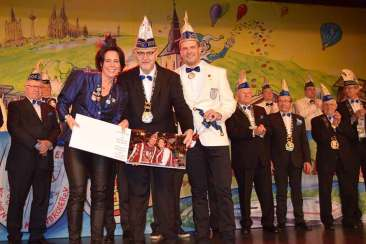 Hoffotograf Michael Möhlenhof (Bildmitte mit Album) übergab das Prinzenalbum an das Vorjahrsprinzenpaar Holger und Michaela Krumscheid