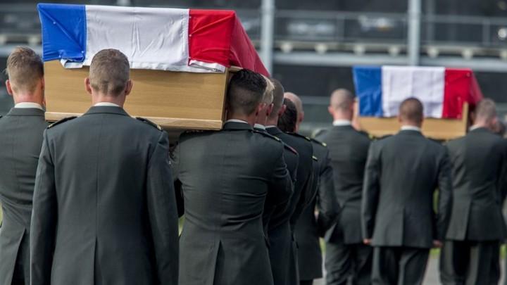 De-aankomst-van-de-stoffelijke-overschoten-van-de-omgekomen-militairen-Foto-Defensie
