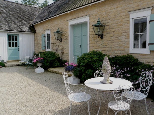 Designer suzy stout s french country farmhouse in illinois for French country courtyard