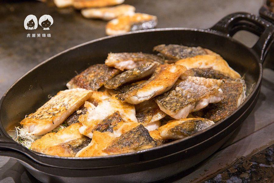 國賓飯店 i RIVER 愛河牛排海鮮自助餐廳(原Marekt Cafe味集廚房) Buffet 吃到飽 香煎鱸魚