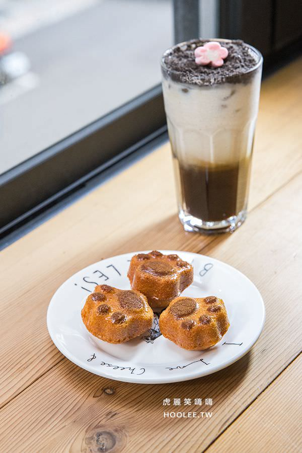Awake coffee 巨蛋店 黑糖奶旋風 NT$100 貓爪小蛋糕 3個 NT$50