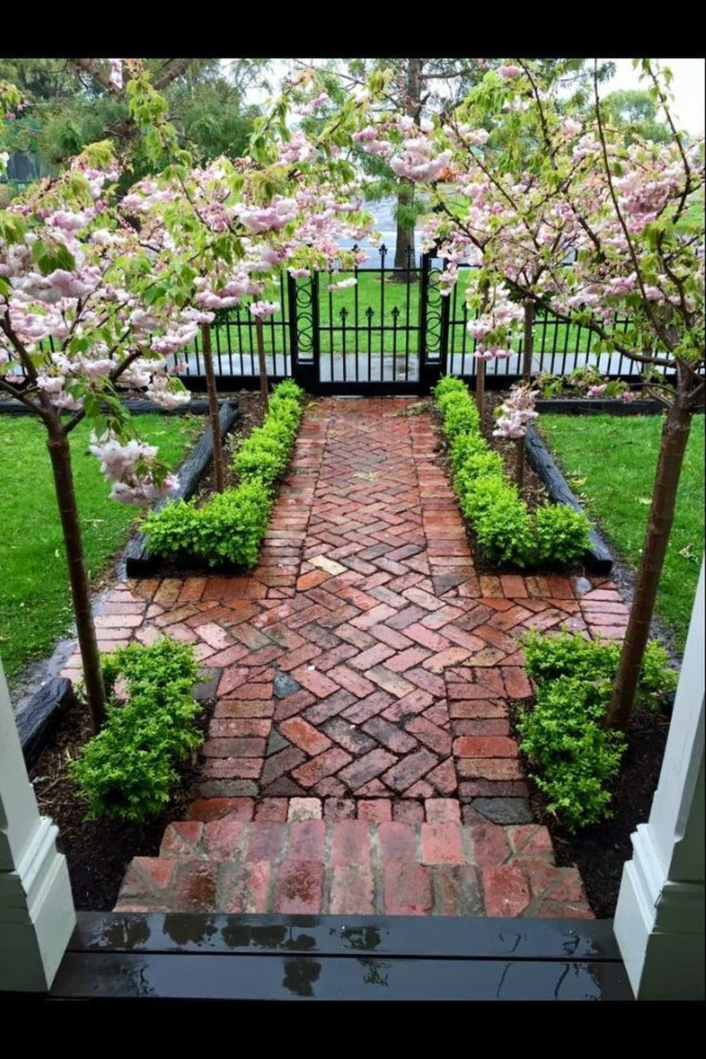 Inspiring Front Yard Fence Design Ideas 22