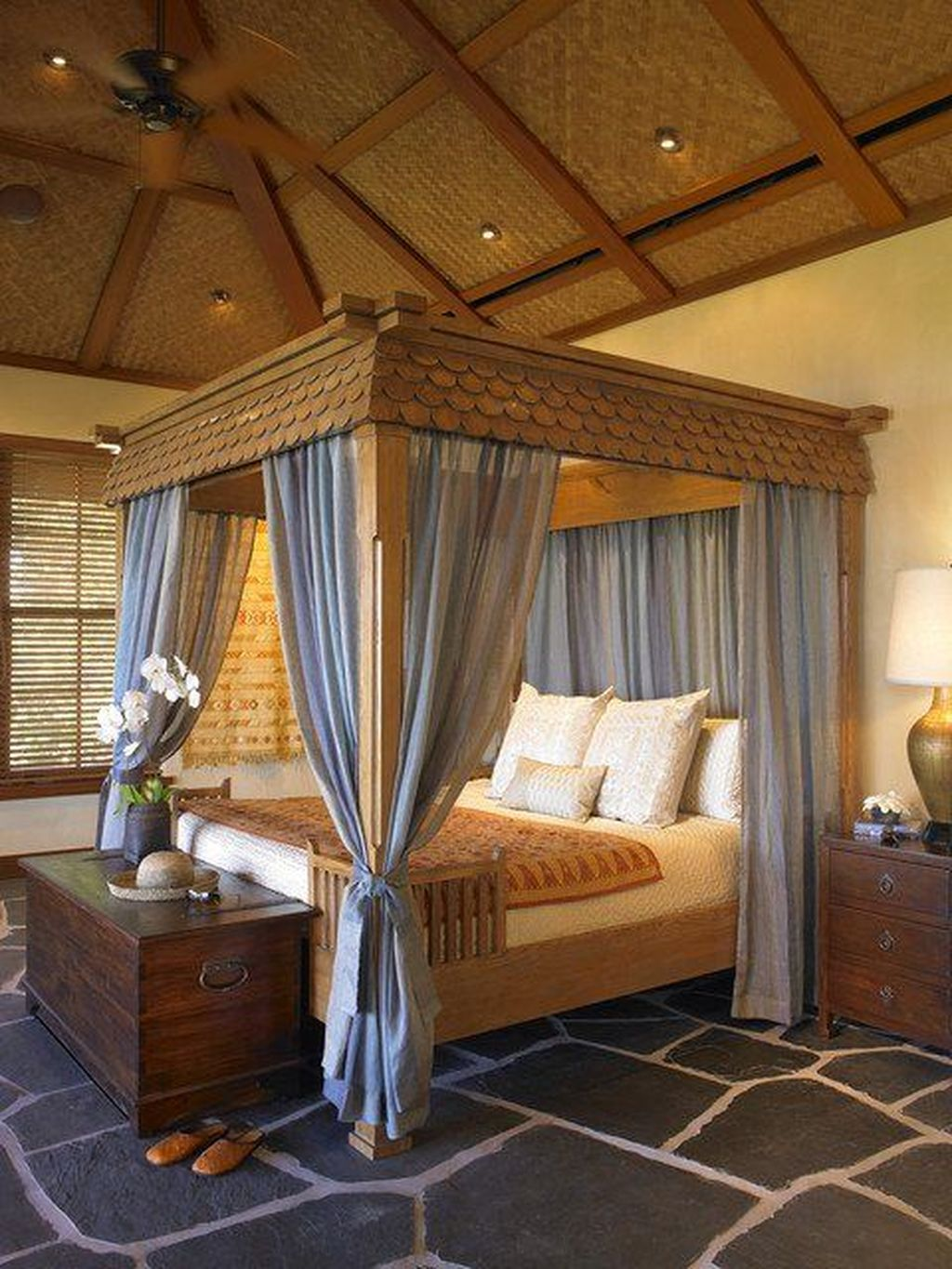 Lovely Romantic Canopy Bed Design Ideas For Your Bedroom 18