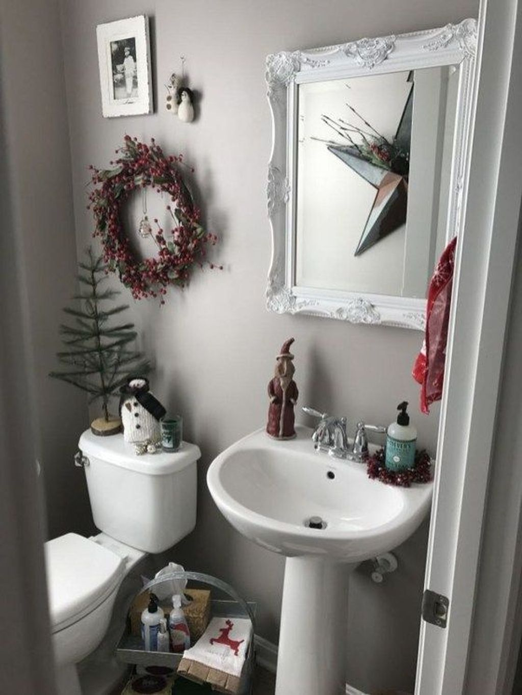 Fabulous Christmas Theme Bathroom Decor Ideas Trend 2019 19