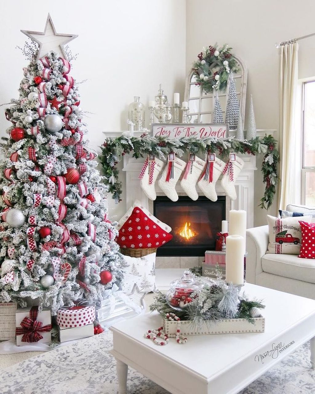 Gorgeous Christmas Living Room Decor Ideas To Look More Beautiful 08