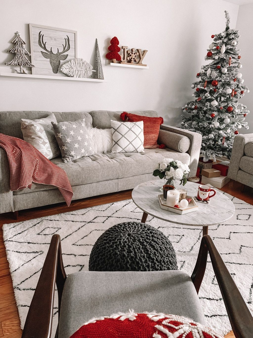 Gorgeous Christmas Living Room Decor Ideas To Look More Beautiful 09
